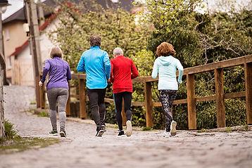 Femmes aînées qui font du jogging