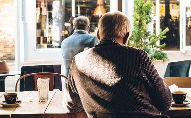 Hommes aînés dans un café
