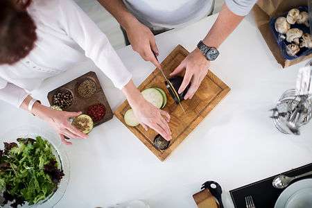 Casal preparando alimentos