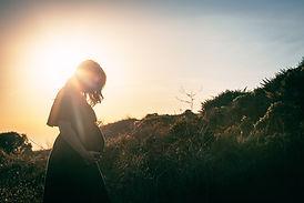 Gravid kvinne i naturen