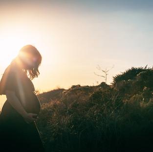Schwangere Frau in der Natur