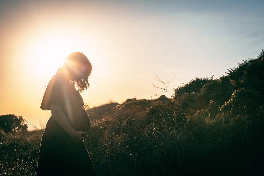 Mujer embarazada en la naturaleza