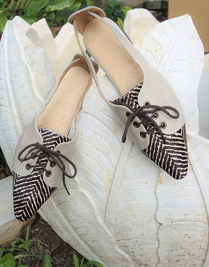casual lace-up shoe