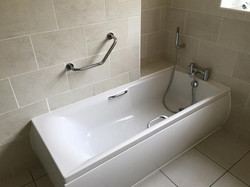 Large bath with wall support