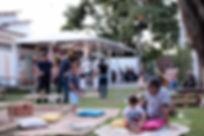 Crianças e adultos brincando em um jardim lindo ideal para festas infantis e comemorar a infância.
