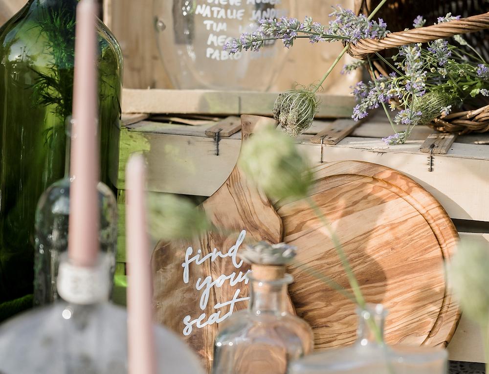 find your seat scritto a mano su tagliere in legno - wedding signs