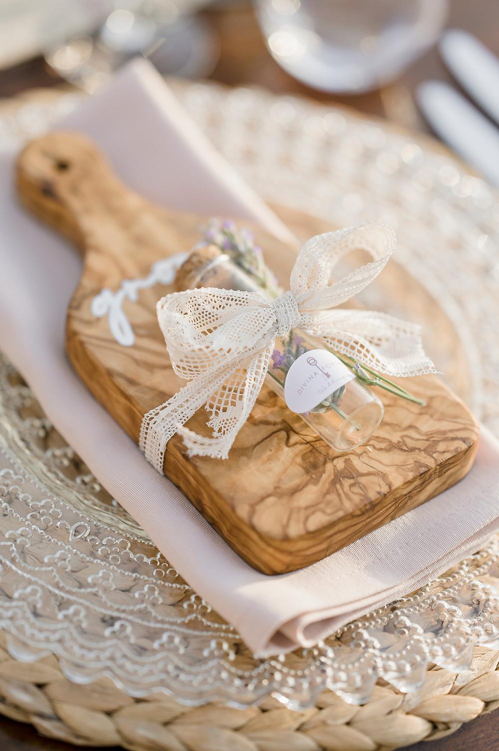 Segnaposto scritto a mano su tagliere in legno - wedding signs