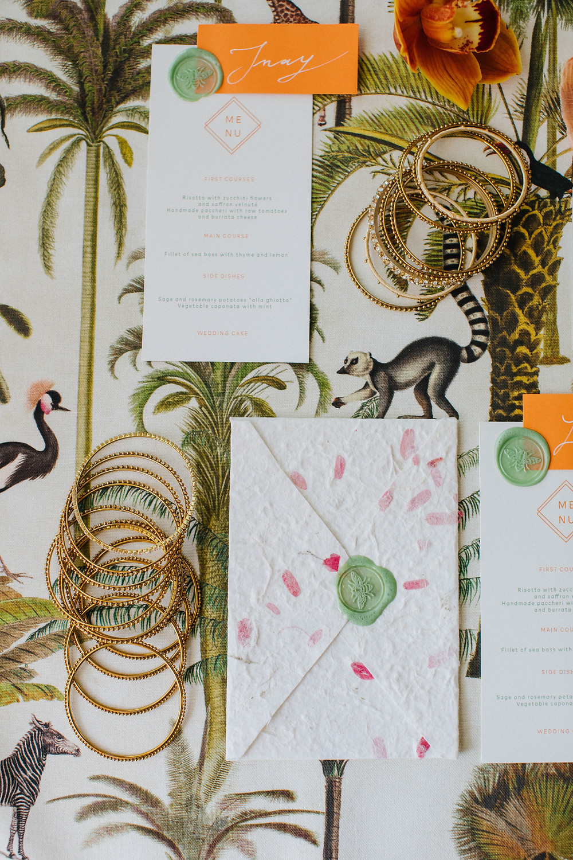 Wedding stationery - busta in carta cotone artigianale petali segnaposto ceralacca menu calligrafia