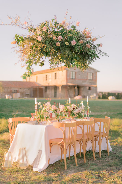 Matrimonio in Val d'orcia wedding Flower vintage sofa Locanda in Tuscany bride table