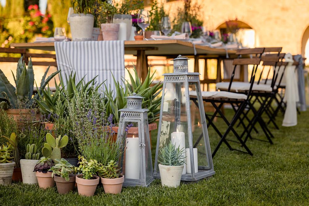 Tavola matrimonio rustic chic in Toscana terracotta e piante grasse lanterne rosmarino