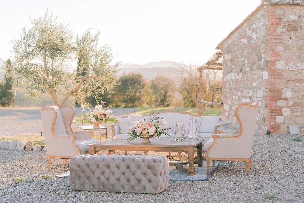 Matrimonio in Val d'orcia wedding Flower vintage sofa Locanda in Tuscany