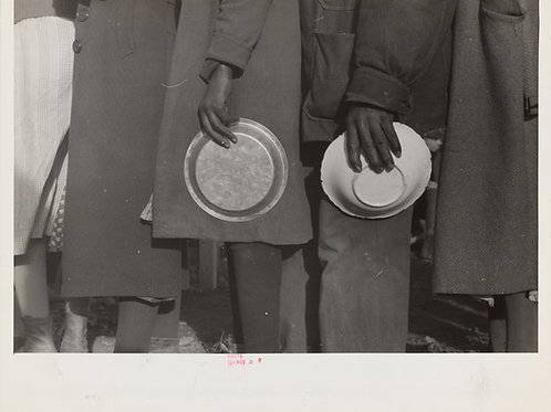 Lineup for food at mealtime, Arkansas (1937)