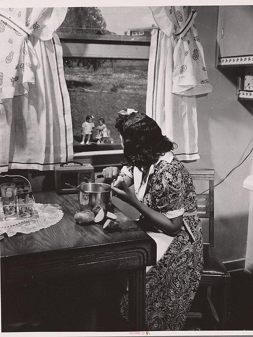 Mother watching her children (1942)