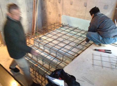 蓄熱床暖房用の配管工事。