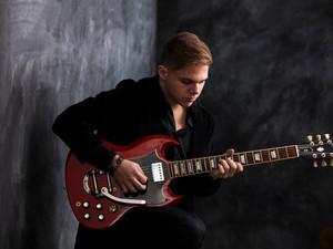 Aos 17 anos, blueseiro Pedro Bara lança o seu primeiro disco