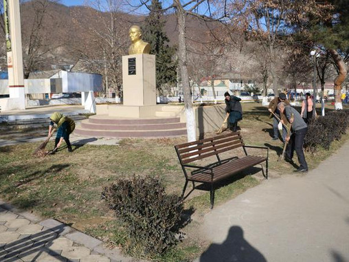 Субботник по благоустройству мемориалов боевой славы провели в Кайтагском районе