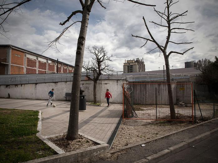 Sacco river Valley, Colleferro (Rome). Children playing in a park. The Colleferro municipal territory is mainly occupied by industries ---- Valle del Sacco, Colleferro (Roma). Bambini giocano in un parco. L'intero comune di Colleferro è occupato per due terzi dall'area industriale.