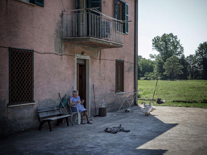 Sacco river Valley, Morolo (Frosinone). A woman resting sitting outside her house. ---- Valle del Sacco, Morolo (Fr). Signora riposa seduta fuori casa.
