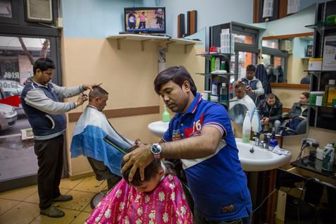 Torpignattara, parrucchiere. Le attività commerciali del quartiere sono quasi totalmente gestite da cittadini stranieri.
