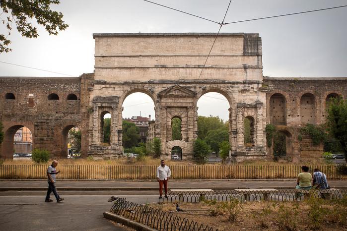 Porta Maggiore, storico ingresso della antica città di Roma, separa idealmente il centro dalla periferia est.