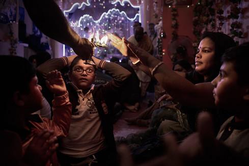 Rito cerimoniale Aarti in un tempio Indù. I luoghi di culto induisti presenti a Roma est, alla pari di quelli islamici, vengono ricavati da pianterreni o garage a causa della mancanza di luoghi più idonei.
