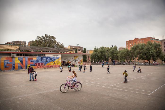 Torpignattara, una delle piazze principali del quartiere dove si riuniscono ragazzi di varie nazionalità.