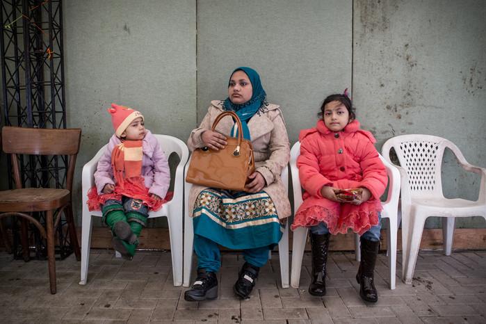 Giovane mamma con figlie. Quasi sempre sono gli uomini ad emigrare per primi verso l'estero, solo in un secondo momento vengono raggiunti dalle mogli e/o familiari.