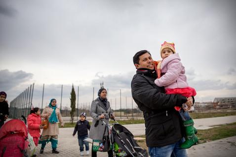 Giovane famiglia ritratta in strada. La prima ondata migratoria che interessò il quadrante est di Roma avvenne a cavallo tra gli anni '80 e '90, a distanza di 30 anni si contano circa 30000 immigrati.