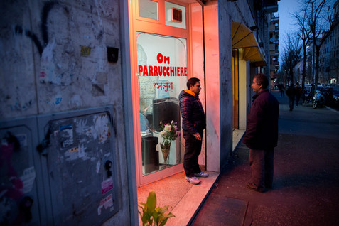 Torpignattara, parrucchiere. Le attività commerciali del quartiere sono quasi totalmente gestite da cittadini di origine straniera.