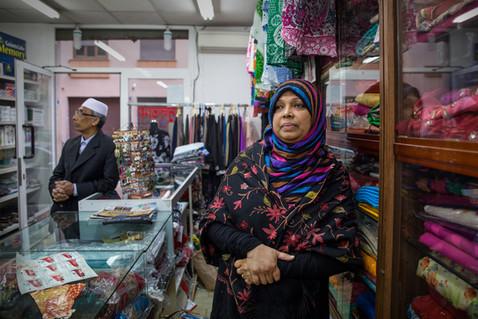Sultana vive a Torpignattara da più di 20 anni e da circa 16 gestisce uno dei primi negozi di abiti tradizionali bengalesi.