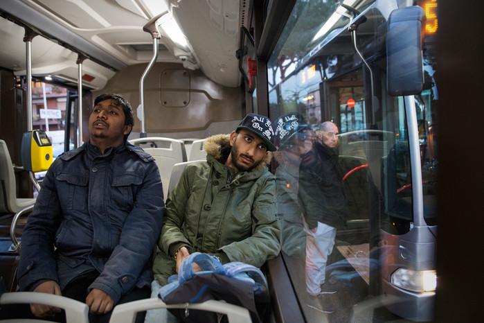 Centocelle. Phaim, video maker, e Fayruj, studente di Farmacia, ritratti a bordo di un autobus mentre tornano alle proprie case. Entrambi cresciuti in Italia hanno ottenuto la cittadinanza grazie allo ius sanguinis.