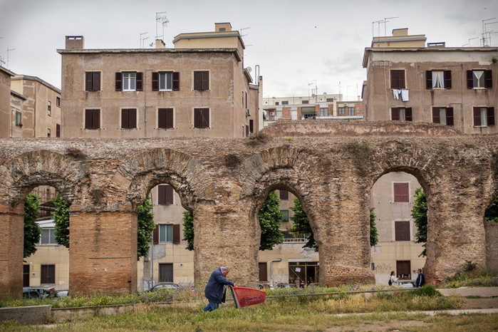 Torpignattara, acquedotto alessandrino. Street scene.