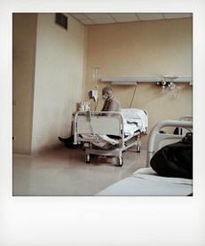 Reparto di oncoematologia, paziente seduto sul letto in attesa della chemioterapia. ---- Oncohematology ward, patient sitting on bed while waiting for therapy.