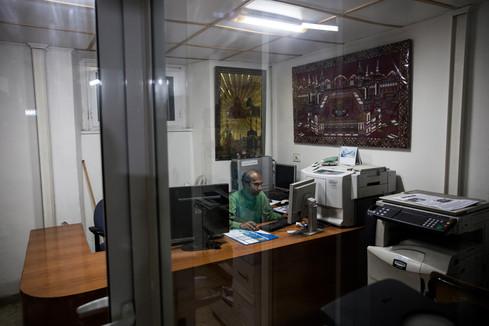 """Shemul ritratto mentre si occupa dell'impaginazione de """"Il Dhuumcatu"""", giornale in lingua Bangla attivo dalla fine degli anni '90 che tratta tutti gli eventi di cronaca legata al Bangladesh ed al mondo intero."""