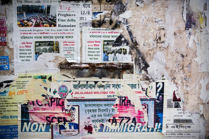 Torpignattara-Centocelle. Lungo le strade del quartiere spesso ci si imbatte in muri coperti da manifesti multilingue.