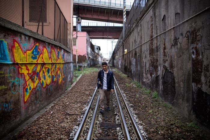 Giovane procede a piedi sui binari in seguito ad un guasto accorso alla linea ferroviaria che collega Roma est con il centro della città.