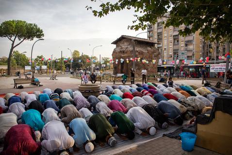 """Largo Preneste, nei pressi di un'antica tomba romana un nutrito gruppo di bengalesi prega per la ricorrenza """"Eid ul Adha""""(festa del sacrificio di Abramo) e per condannare gli attentati terroristici di Barcellona."""