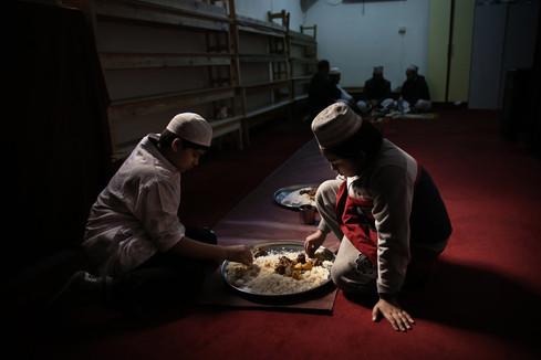 Torpignattara, interno moschea. Spesso i luoghi di preghiera sono ricavati negli ambienti al pianterreno dei palazzi o in semplici garage.