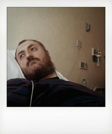 Reparto di oncoematologia - autoritratto. Disteso sul letto in attesa della chemioterapia guardavo spesso fuori dalla finestra della stanza. A volte venivo distratto da ciò che accadeva all'esterno, altre volte fissavo il vuoto ed attraversato da mille pensieri ero speranzoso che tutto andasse per il meglio. ---- Oncohematology ward - self-portrait. Lying on the bed waiting for chemotherapy I often looked out my room's window. Sometimes I was distracted by what happened outside, other times I spaced out among thousand thoughts hopeful for the best.