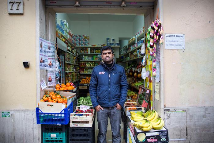 Torpignattara, fruttivendolo. Le attività commerciali del quartiere sono quasi totalmente gestite da cittadini di origine straniera.