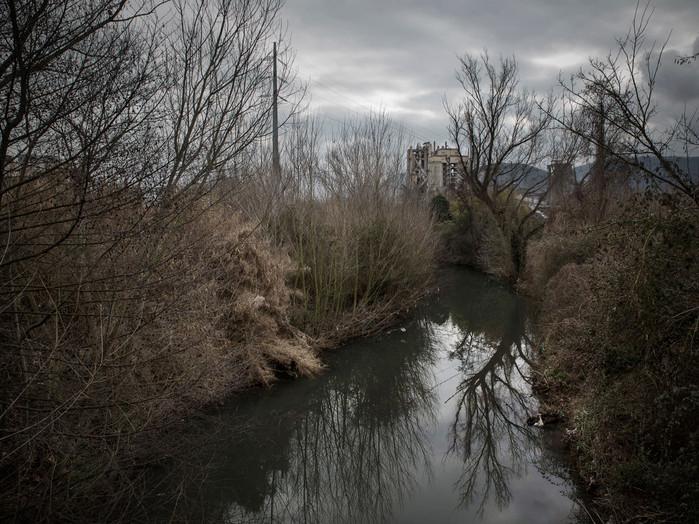 Sacco river Valley, Colleferro (Rome).  The Sacco river, about 80 km long, runs through a vast territory and many municipalities in the southern-central area of Italy. Due to the high concentration of pollutants, it is one of the most polluted rivers in Italy. The presence of beta-HCH, classified as carcinogen, in the waters and land has compromised the entire food chain. ---- Valle del Sacco, Colleferro (Roma). Il fiume Sacco, lungo circa 80 km, attraversa un vasto territorio del centro-sud Italia. A causa dell'elevata concentrazione di inquinanti è considerato uno dei fiumi più inquinati d'Italia. La presenza del Beta-hch (sottoprodotto del Lindano - insetticida classificato cancerogeno) nelle acque e nei terreni ha compromesso tutta la catena alimentare.