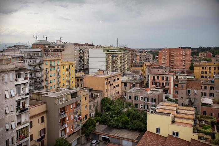 Torpignattara, panoramica. Il quartiere, negli anni 60-70, conobbe un boom edilizio che lasciò poco spazio al verde urbano.