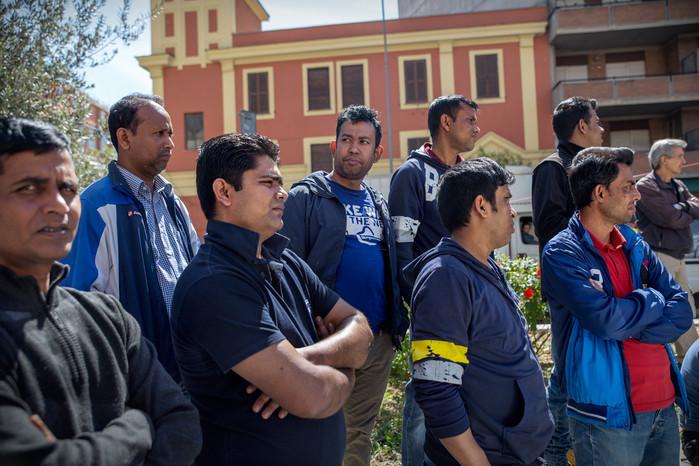 Gruppo di bengalesi in strada durante un comizio. Nel quartiere, non di rado, vengono organizzati incontri pubblici per discutere delle emergenze sociali che affrontano nel quotidiano gli abitanti.