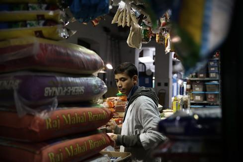Negozio specializzato nella vendita di spezie e farine di origine indiana.