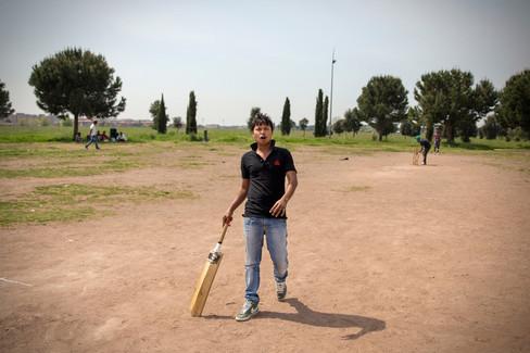 Centocelle, giocatore di cricket. Spesso i giovani approfittano dei momenti di pausa dal lavoro per giocare nel parco di Centocelle.