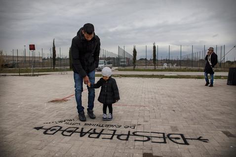 """""""Do everything with heart"""" è la frase scritta a terra che questo giovane padre fa leggere a sua figlia"""
