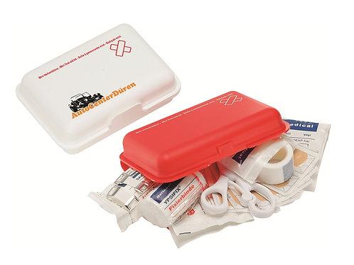 Verbandsbox in Rot und Weiß mit Schere Pflastern und Mullbinde