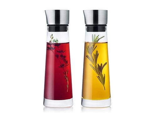 zwei Flaschen; roter Essig und Öl