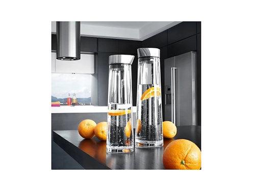 zwei gefüllte wasserkaraffen auf der Arbeitsplatte in der Küche