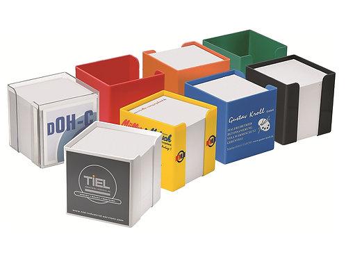 acht verschiedenfarbige Zettelboxen inklusive Papier bedruckt mit Kundenwerbung.
